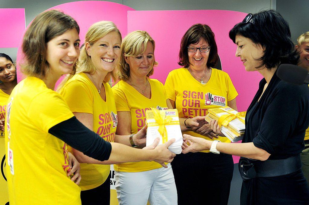 Remise des pétitions à Joëlle Milquet, Vice-Première Ministre et Ministre de l'Egalité des chances