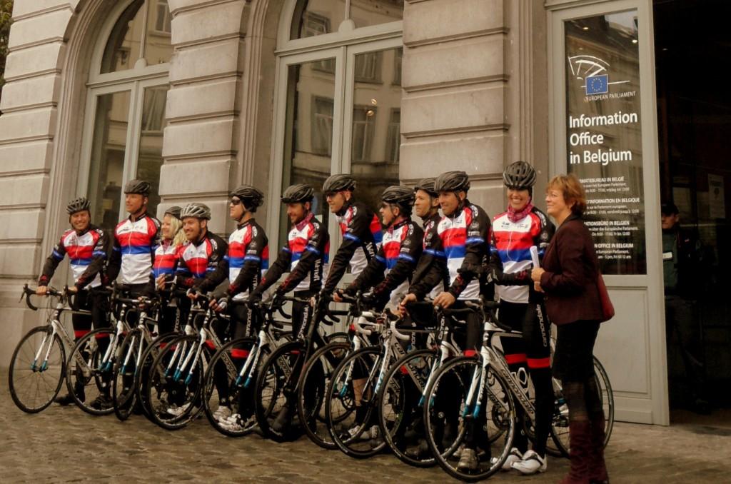 Les cyclistes du A21 Freedom Challenge et Isabelle Durant, Vice-Présidente du Parlement européen